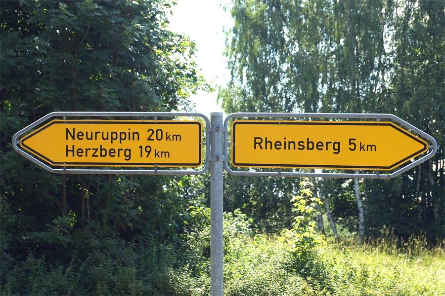 Hinweisschild Richtung Rheinsberg